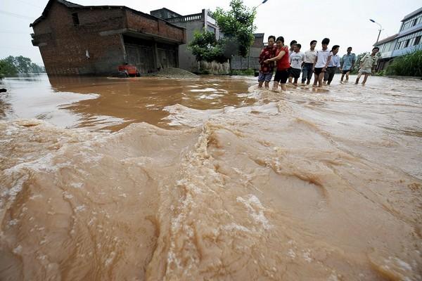Наводнения охватили три четверти китайских провинций. Фото: AFP