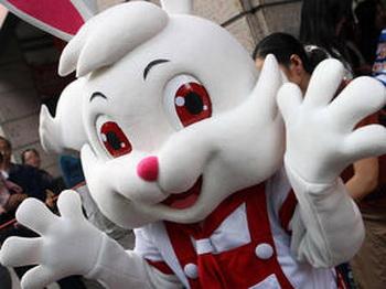 В таких костюмах  16 октября 2008 продавцы в Шанхае рекламировали молоко, в котором был обнаружен меламин. «Белого кролика» после проверки на безопасность китайских продуктов питания можно назвать «Вас приветствует меламин». Фото: STR/AFP/Getty Images
