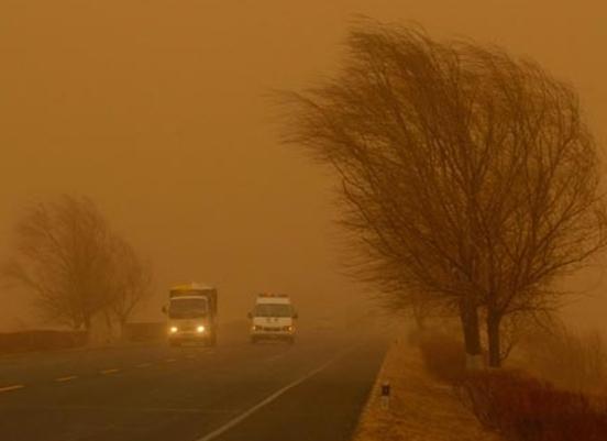 Весь город как будто накрыло жёлтое покрывало. Фото с epochtimes.com