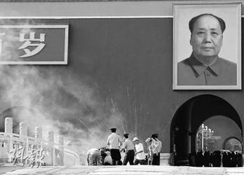 1 июля 2007 года неизвестный мужчина попытался поджечь портрет Мао Цзэдуна на площади Тяньаньмэнь. Фото с epochtimes.com