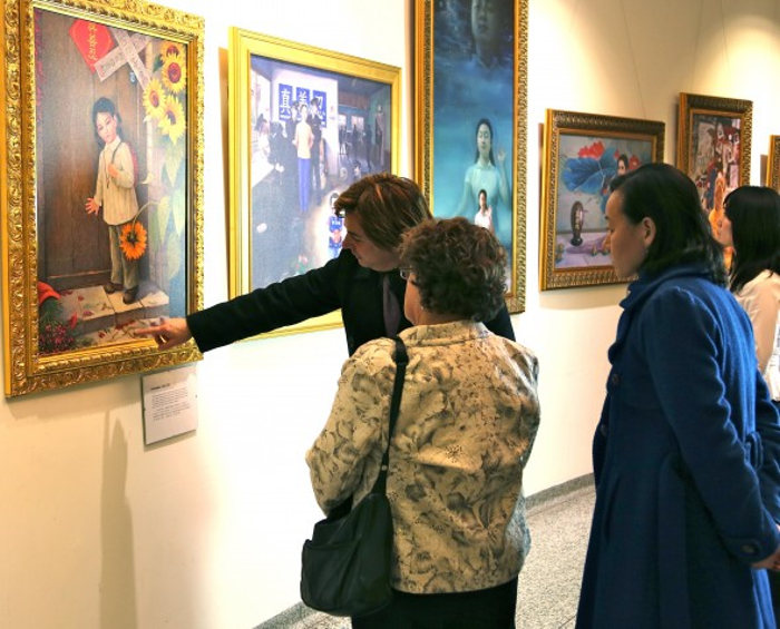 Посетители на выставке «Истина, Доброта, Терпение». Фото: Великая Эпоха (The Epoch Times)