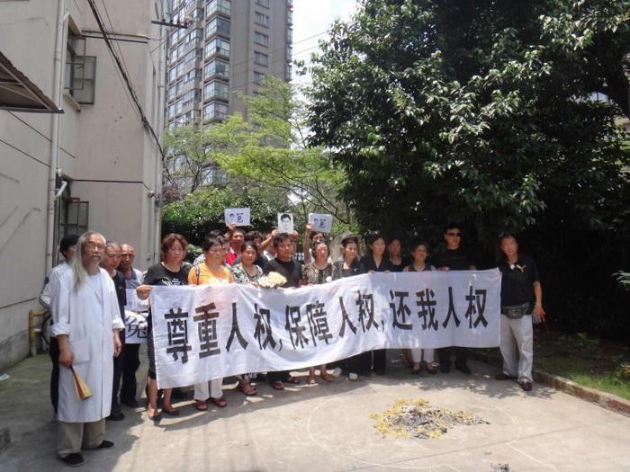 Граждане, прибывшие в Шанхай, скандируют: «Долой коммунистическую партию», 1 июля 2012 года. Фото: Источник в материковом Китае