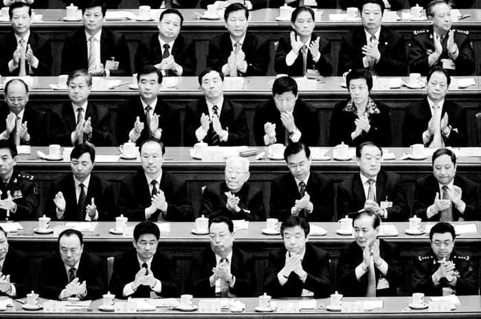 Китайские делегаты аплодируют результатам голосования во время XVII всекитайского съезда коммунистической партии в Большом Зале  народных заседаний 21 октября 2007г. в Пекине. Сейчас идёт тщательный отбор делегатов на XVIII Съезд Национальной партии Китая. Фото: Andrew Wong/Getty Images