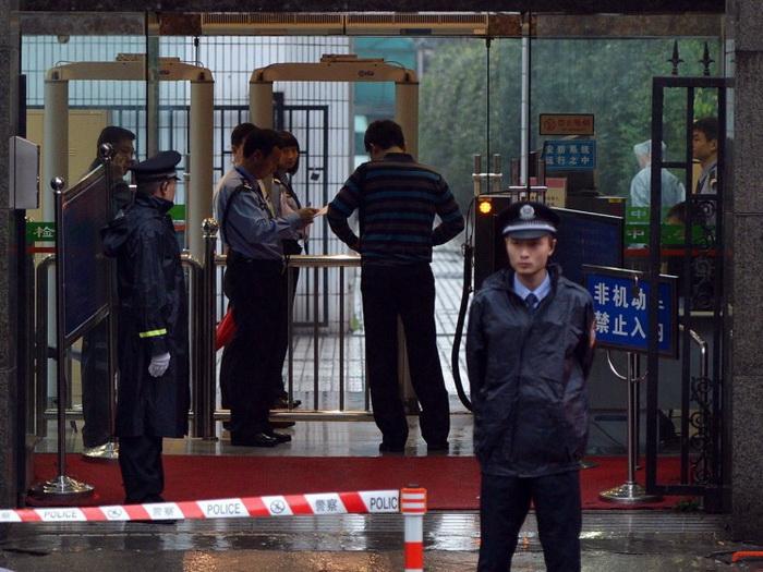 Китайские полицейские охраняют вход в здание промежуточного народного суда города Чэнду провинции Сычуань. 24 сентября 2012 года здесь проходил суд над Ван Лицзюнем. По данным Apple Daily, начальник Вана Бо Силай также предстанет перед судом в ближайшее время. Фото: Mark Ralston/AFP/Getty Images