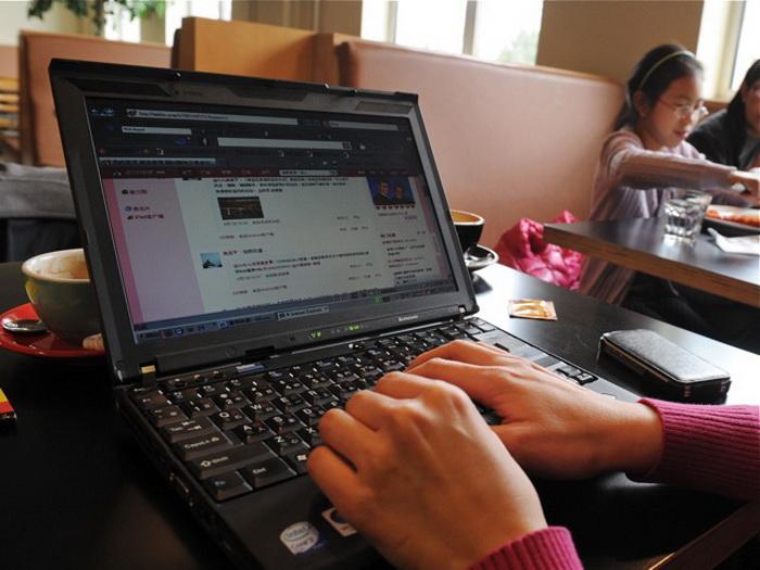 Женщина просматривает социальный веб-сайт Weibo в кафе в Пекине 2 апреля. Фото: Марк Ralston/AFP/Getty