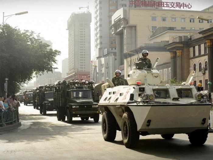 Китайские солдаты на улицах Урумчи, в самой западной провинции Синьцзян, 2009 год. Фото: Peter Parks/AFP/Getty Images