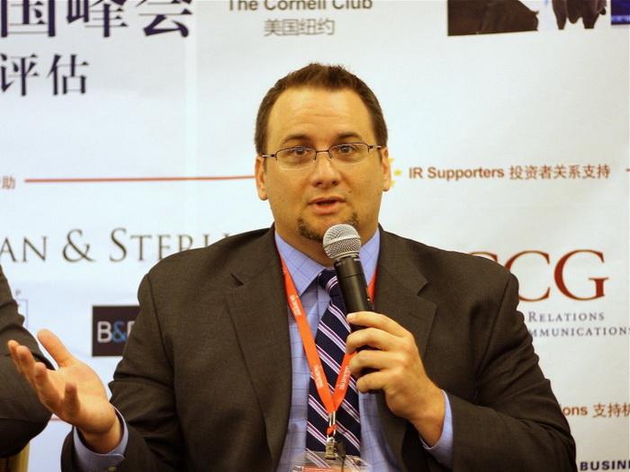 Дэн Дэвид, вице-президент GeoInvesting, выступает на конференции, состоявшейся в Нью-Йорке в мае. Фото: Ариэль Тянь/Великая Эпоха