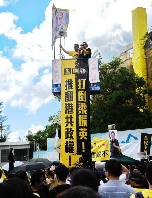Около 400 000 жителей Гонконга собрались на акцию протеста 1 июля, требуя, чтобы новый глава администрации Гонконга Лян Чжэньин подал в отставку. Фото: Сун Сянлун/Великая Эпоха