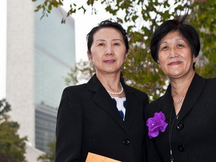 Д-р Вэньи Ван (справа) и д-р Синтия Лю (слева), члены организации «Доктора против насильственного извлечения органов», подали петицию в офис Сьюзан Э. Райс, представителя США в ООН. Они призывают правительство США потребовать объяснений у Китая по поводу давней информации о том, что в Китае у заключённых извлекают органы. Фото: Амаль Чен/Великая Эпоха