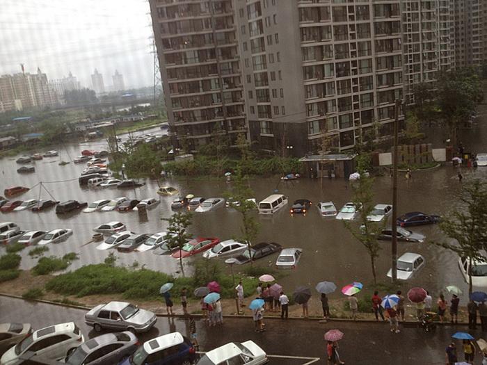 Наводнение поглотило автомобили в жилом квартале Пекина, 21 июля. Фото: Великая Эпоха