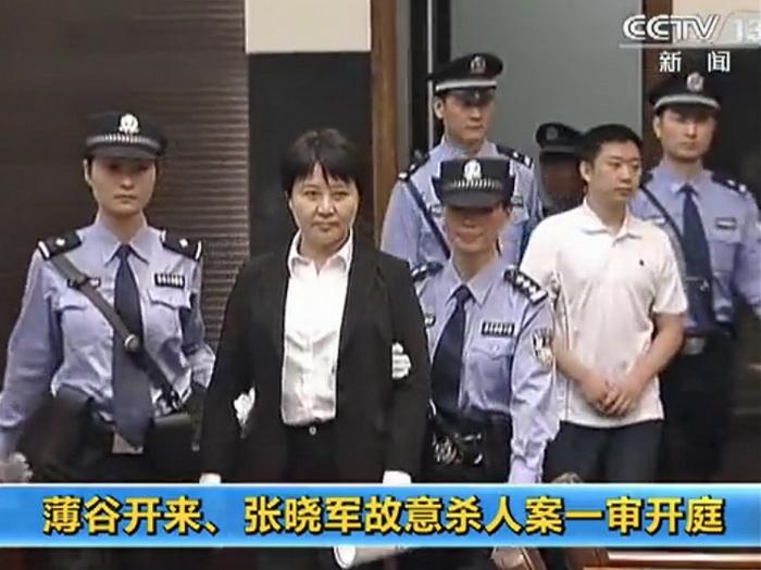 Гу Кайлай направляется в зал Промежуточного народного суда в Хэфэе, провинция Аньхой, 9 августа. Фото с сайта theepochtimes.com