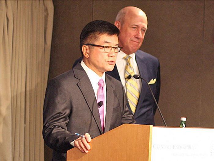 Гэри Локк (слева), посол США в Китае, и Дуглас Х. Паал (справа), вице-президент по исследованиям в Фонде Карнеги за международный мир, 13 сентября 2012 г. Фото: Мэтью Робертсон/Великая Эпоха