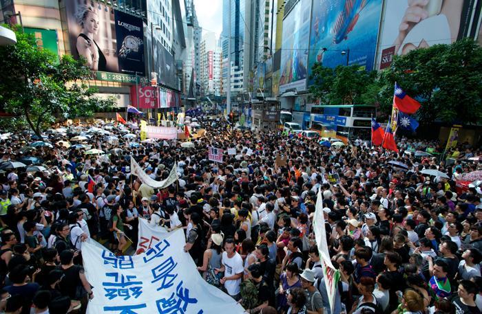 Массовые протесты в Гонконге против назначенного Китаем премьер-министра Лян Чжэньина. 1 июля 2012 г. Фото: Alex Ogle/AFP/GettyImages