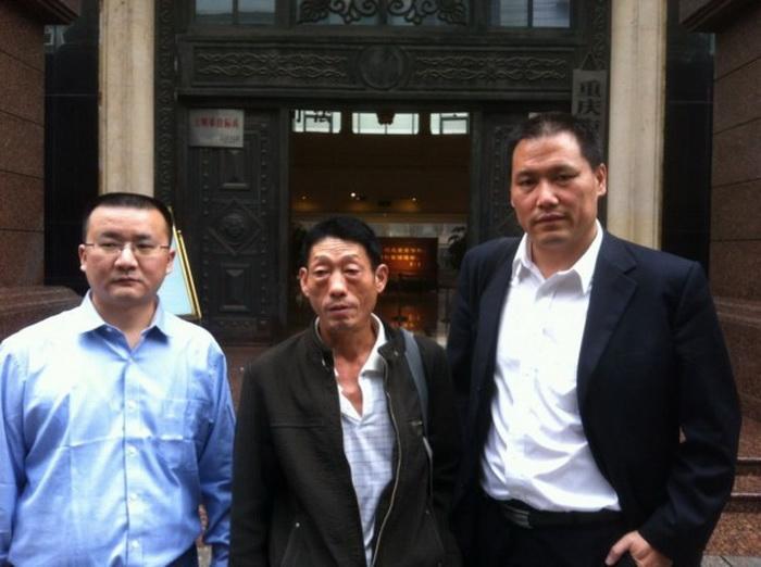 Отец Жэнь Цзяньюя Жэнь Шилю (слева) и адвокат Пу Чжицян (справа), 10 октября 2012 года. Жэнь Цзяньюй, чиновник низкого уровня из Чунцина, получил два года в трудовом лагере в августе прошлого года, когда Бо Силай был ещё руководителем комитета партии в городе. Жэнь был обвинён в «атаке» на правительство путем размещения комментариев на Sina Weibo. Теперь он подал апелляцию, а государственные средства массовой информации неожиданно выступили в его поддержку. Фото с сайта weibo.com
