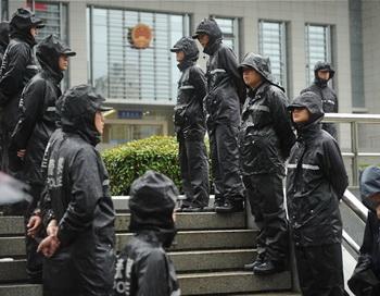 Полиция охраняет вход в здание Промежуточного Народного Суда в городе Хэфэй, провинция Аньхой, 9 августа 2012 года. Фото: Peter Parks/AFP/Getty Images