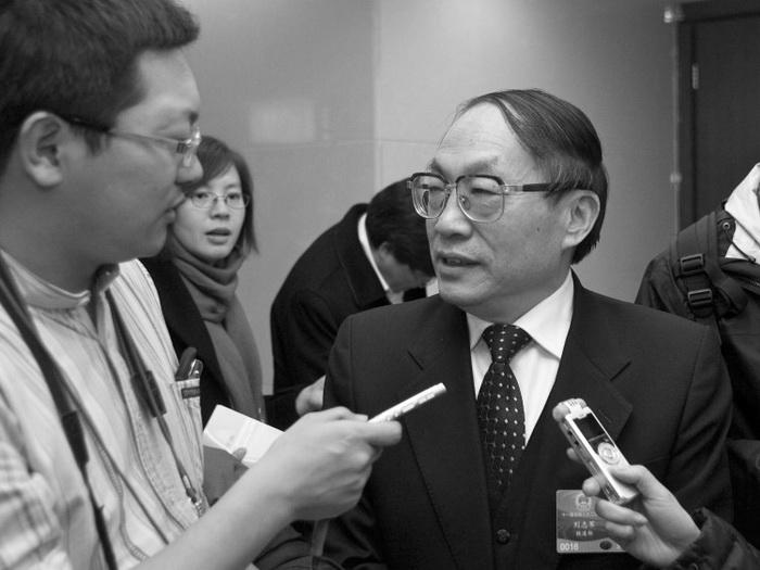 Бывший министр железных дорог Китая Лю Чжицзюнь (справа) во время интервью в Пекине 5 марта 2009 года. Фото: STR/AFP/Getty Images