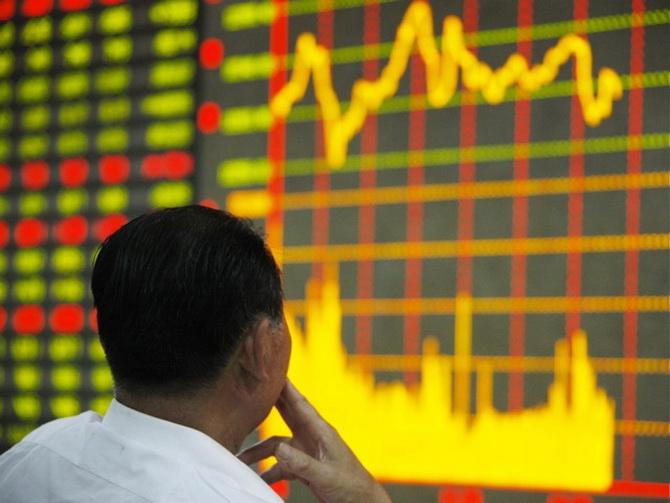 В зале фондовой биржи в Китае. 4 июня — в 23-ю годовщину подавления демонстрации студентов на площади Тяньаньмэнь, индекс шанхайской  фондовой биржи упал на 64.89 пункта.  Фото: ChinaFotoPress/Getty Images