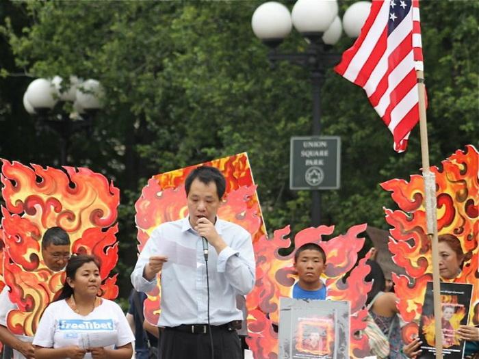 Тан Байцяо выступает на митинге в Нью-Йорке 30 июня, протестуя против коммунистического угнетения в Тибете. Фото предоставил Тан Байцяо