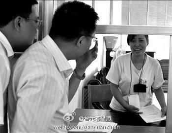 Тан Хуэй (справа) увидела своего адвоката только на седьмой день заключения в трудовой лагерь. Фото: weibo.com