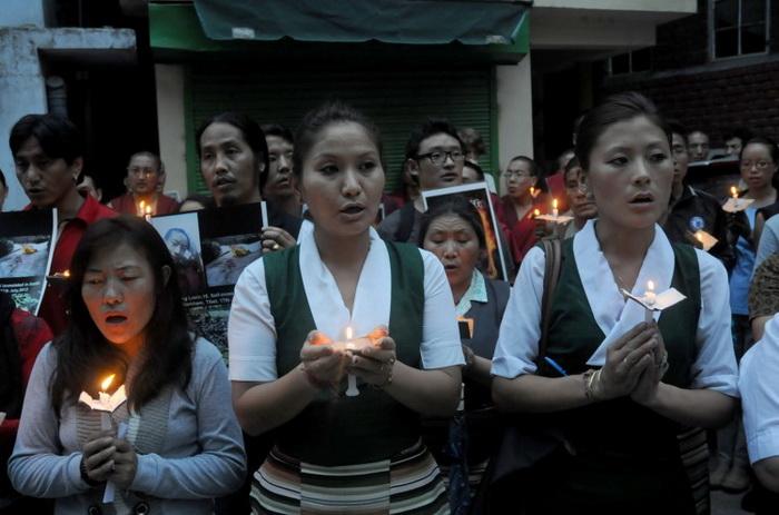 Тибетцы в изгнании участвуют в акции с зажжёнными свечами, 17 июля 2012 года. Фото: Lobsang Wangyal/AFP/GettyImages