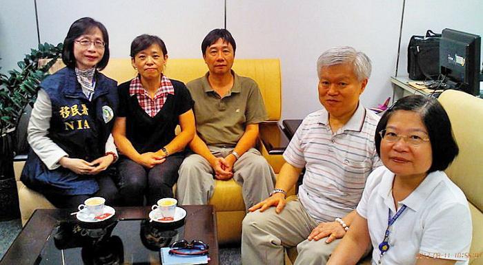 Джун Динбан (третий слева) вместе с семьёй после освобождения. 11 августа, 3912 года. Фото: Taiwanese Straits Exchange Foundation