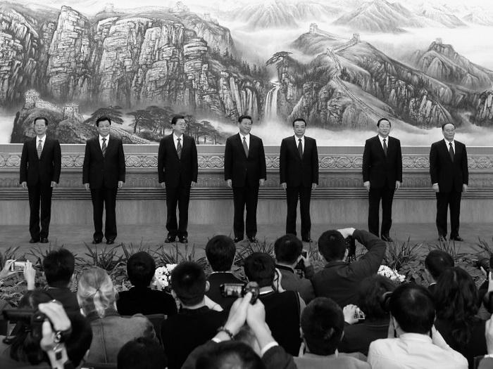 Новый состав членов Постоянного комитета Политбюро ЦК КПК был объявлен 15 ноября: (слева направо) Чжан Гаоли, Лю Юньшань, Чжан Дэцзян, Си Цзиньпин, Ли Кэцян, Юй Чжэншэн и Ван Цишань. Пять из них являются «принцами». Фото: Lintao Zhang/Getty Images