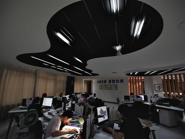 Дизайнеры работают в центре дизайна Babei Group Co., Ltd 3 июля 2012 г., провинция Чжэцзян, Китай. Исследователь экономики из Госсовета Китая предсказывает экономический крах в следующем году. Фото: Feng Li/Getty Images