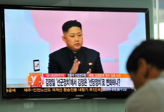Южнокорейское телевидение сообщает о присвоении звания маршала диктатору Северной Кореи Ким Чен Ыну 18 июня 2012 г. Фото: JUNG YEON-JE/AFP/GettyImages