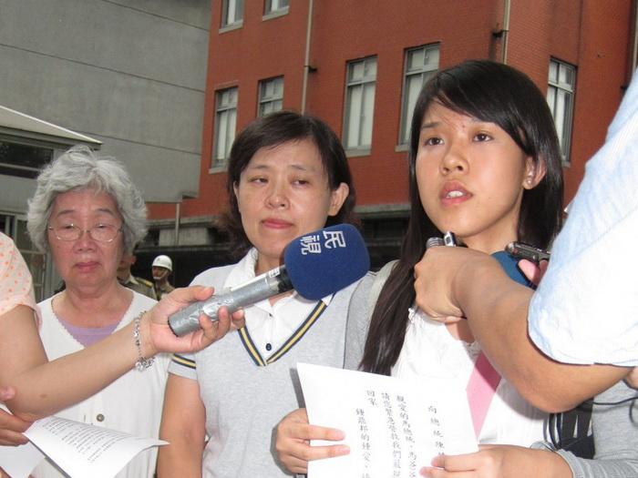 Мать, жена и дочь Чжуна обратились в управление президента Тайваня 27 июня. Фото: Чун Юань/Великая Эпоха