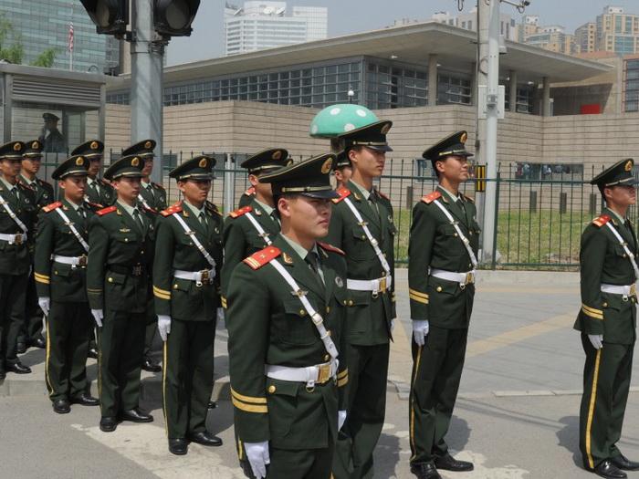 Смена караула китайской военизированной полиции у посольства США в Пекине. Фото Mark Ralston/AFP/GettyImages
