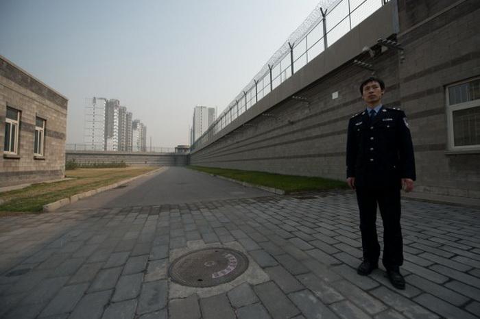 Охранник в центре заключения №1 в Пекине. Бюджет сил внутренней безопасности составляет, по крайней мере, $ 110 млрд, это больше, чем затраты на армию. Фото: Ed Jones/AFP/Getty Images