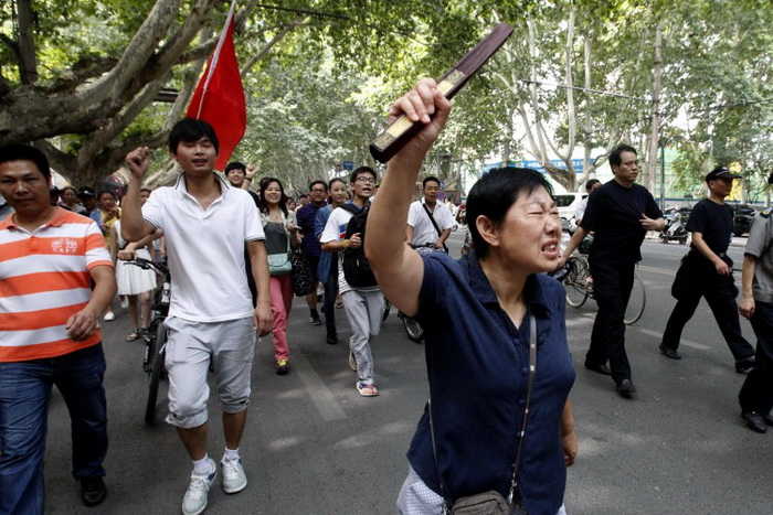 Демонстранты выкрикивают лозунги на митинге против претензий Японии на острова, известные как Сенкаку (в Японии) и Дяоюйтай (в Китае). Чжэнчжоу, Китай, 19 августа 2012 года. Фото: STR/AFP/GettyImages