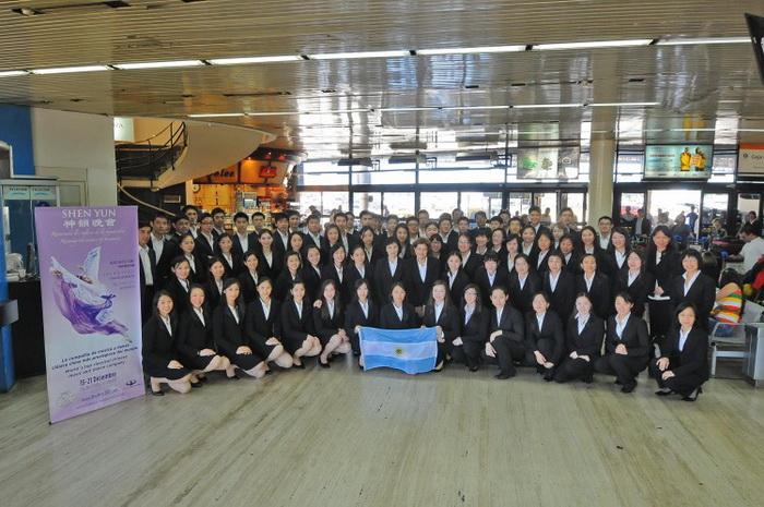 Артисты и персонал труппы Shen Yun в Международном аэропорту Эсейсы в Буэнос-Айресе, Аргентина, 9 декабря. Фото: Federico Romero/ESSE Development