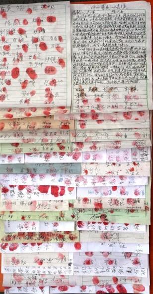 Петиция с 2000 подписями, поданная в ноябре 2012 года в поддержку последовательницы Фалуньгун Хэ Цзинцуй в городе Чэньчжоу южной провинции Хунань. «Что, коммунистическая партия опять схватила последовательницу Фалуньгун? — спросила одна женщина, одновременно ставя свою подпись, и добавила, — пожалуйста, поторопитесь и постарайтесь, чтобы больше людей подписали петицию для её спасения». Фото с сайта theepochtimes.com