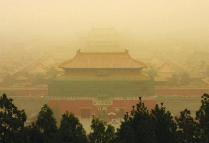 Знаменитый «Запретный город» Китая на фоне песчаной бури и смога в 2008 году. Фото: Getty Images