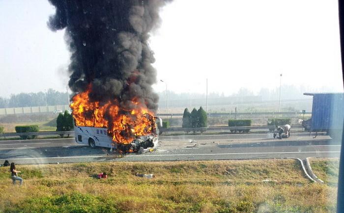 Автобус с немецкими туристами загорелся после столкновения с грузовиком поблизости от Пекина 1 октября 2012 г. Фото: STR/AFP/GettyImages