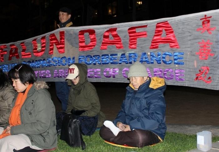 Чжу участвует в акции с зажжёнными свечами в Мельбурне 20 июля 2012 года, в память тысяч людей, погибших в результате преследовании коммунистического режима мирной медитативной практики. Фото: Великая Эпоха (The Epoch Times)