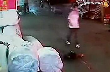 Человек обходит Юэ Юэ спустя секунды после того, как её переехал микрофургон. Скриншот Телевидения NTD