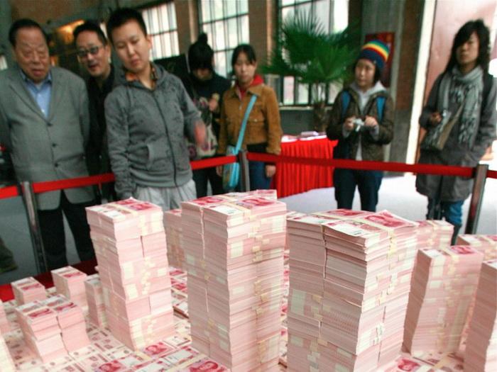 Макет центрального делового района Пекина, сделанный из юаней. Экономисты говорят, что чрезмерное печатание денег в Китае привело к инфляции, которую режим пытается скрыть. Фото: Teh Eng Koon/AFP/Getty Images