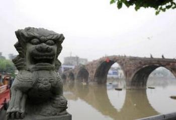 Мост Гуанцзи стоит более 500 лет, напротив него — каменный лев в городке Таньгай города Ханчжоу в провинции Чжэцзян, Китай. Фото: Secret China