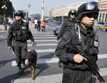 Вооруженная китайская полиция патрулирует главную улицу в центре Пекина 24 сентября 2009г. Фото: STR/AFP/Getty Images