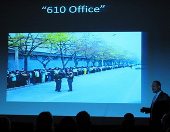 Грег Отри, китаевед и соавтор книги «Смертельная угроза из Китая», выступает с докладом. Фото с сайта theepochtimes.com