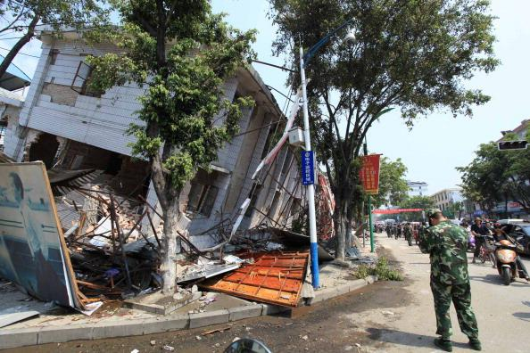 В Китае в эпицентре землетрясения разрушено 80% зданий. Фото: ChinaFotoPress, STR/Getty Images