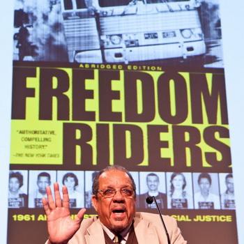 Дэвид Деннис, один из первых «Всадников Свободы», выступает на форуме, спонсируемом «Великой Эпохой», 6 декабря в Нью-Йорке. Фото: Amal Chen/Великая Эпоха (The Epoch Times)