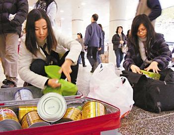 Жители  континентального Китая в Гонконге скупают сухое молоко. Фото с сайта epochtimes.com