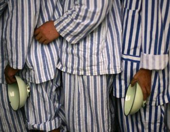 Пациенты выстроились в очередь на обед в психиатрической больнице в провинции Сычуань, Китай, 24 августа 2008 года. Фото с сайта theepochtimes.com