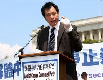 Тан Байцяо выступает на митинге за права человека в Китае летом 2009 года. У него всё ещё перевязана рука после нападения неизвестных, которых он считает «бандитами», посланных китайским режимом, чтобы его запугать. Фото: Лиза Фан/Великая Эпоха (The Epoch Times)