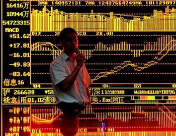 Сотрудник торгового дома комментирует фондовый рынок в Шанхае 18 августа 2010г. Фото: Philippe  Lopez/AFP/Getty Images