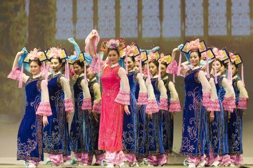 Изысканный и грациозный маньчжурский танец «Чудесный праздник», представленный труппой Shen Yun в Нью-Йорке в 2006 году. Фото: shenyunperformingarts.org