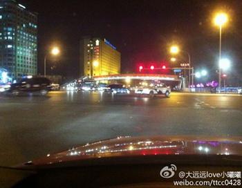 Скриншот с фотографией, которую на сайте Weibo разместил Ли Дэлинь, член редакционного совета финансового журнала Securities Market Weekly. Ли сообщил, что на проспекте Чан-ань в Пекине появились армейские автомобили. Фото с сайта epochtimes.com